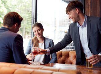 Wie damit umgehen, wenn der Arbeitsplatz mit Alkohol zu tun hat!